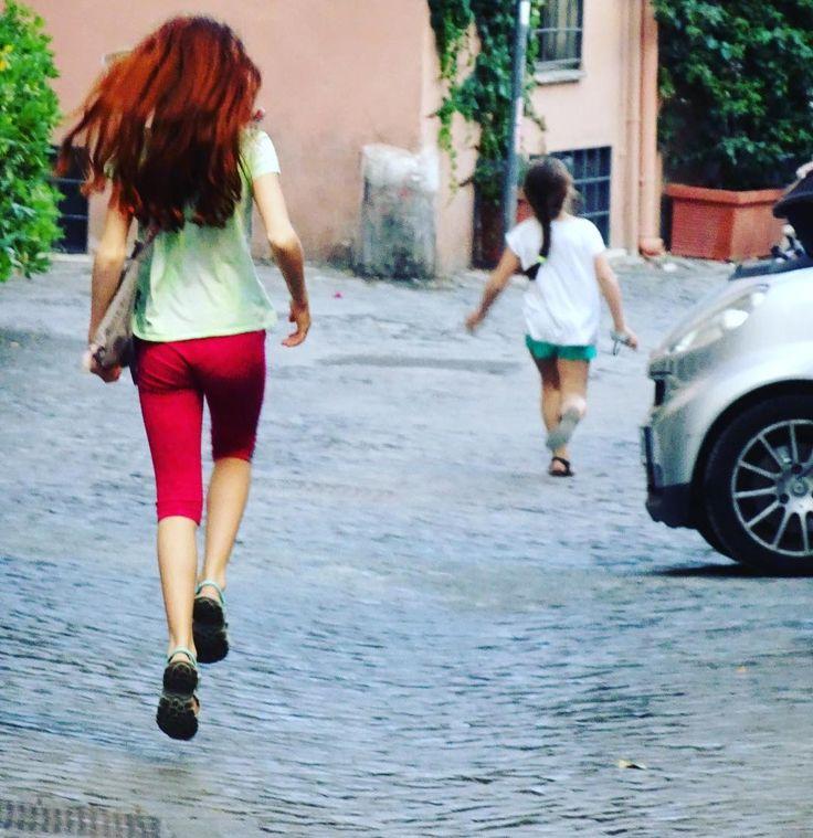 Saltellare spensierato su sanpietrini.  #instalike #instalife #instamoment #fotografia #photography #fotografi_italiani #l4l #like4like #likeforlike #roma #rome #childhood
