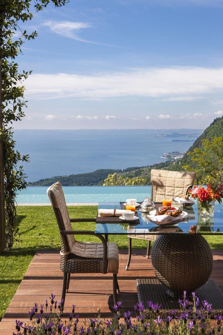 Qu'en dirais vous d'un petit déjeuner avec vue sur le lac de garde?   Magnifique n'est-ce pas? Et ensuite, un petit tour dans la piscine. Oui, il y a aussi une piscine sur cette photo… L'avez-vous vue?     Si vous seriez intéressé à passer quelques jours relaxants dans cette belle atmosphère, regardez nos offres au Lefay Resort & SPA Lago di Garda.   https://www.spadreams.fr/lefay-resort-spa-lago-di-garda-gargnano-lac-de-garde-h445/