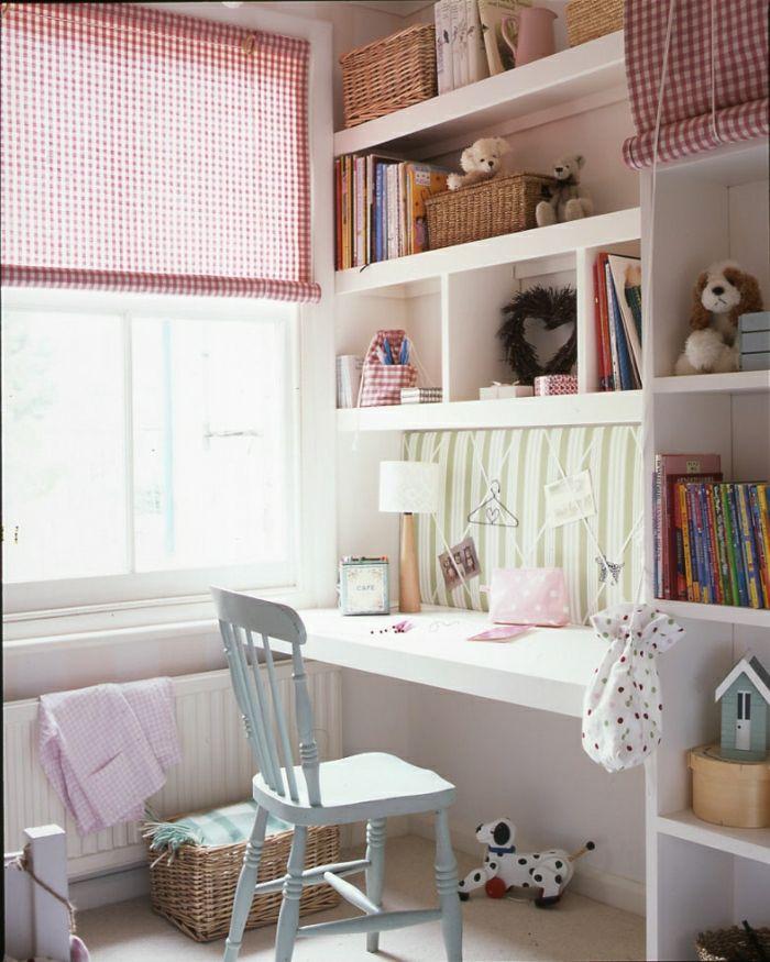 süßes-Kinderzimmer-karierte-Gardinen-koketter-blauer-Stuhl-Rattankorb-Schreibtisch-mit-Regal-Plüschtiere-Bücher