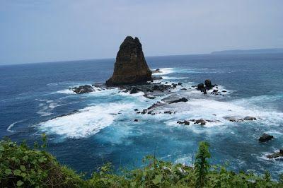 Pantai papuma tepat berada di pesisir selatan Jawa Timur, atau lebih tepatnya terletak di desa Lojejer, kecamatan Wuluhan, 45 Km arah selatan kota Jember. Kawasan wisata pantai papuma di jember ini memiliki luas hingga 50 hektar