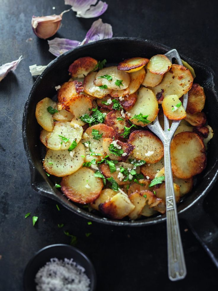 Pommes de terre à la sarladaise : pommes de terre, graisse, ail et persil.