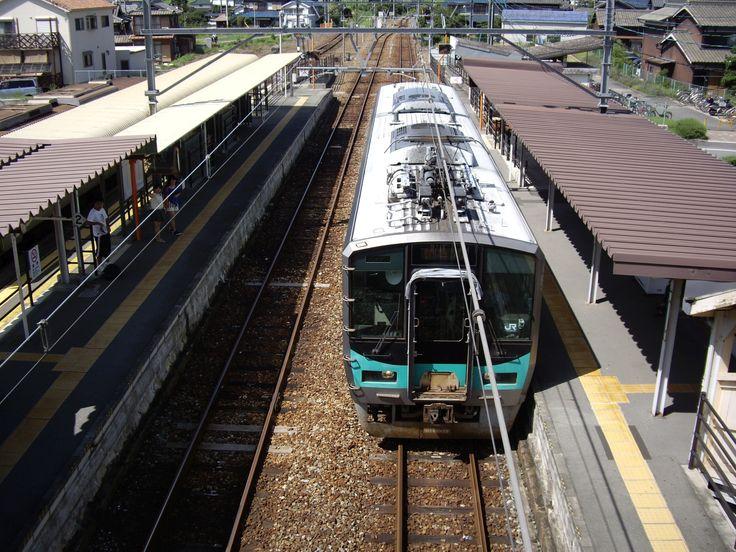 JR West 125 series train in Kakogawa line Ao station.