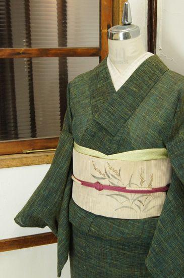 数種の緑の色糸がとけあうように織り込まれさざなみのような模様を描き出す、くしゅっとした縮調の涼やかなシボのでた夏着物です。 #kimono