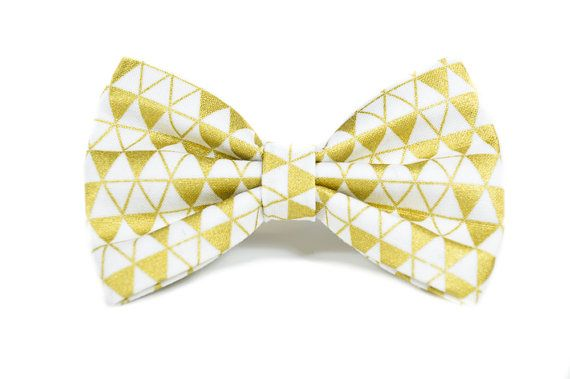 Gold foil geometric dog bow tie - attaches to any collar up to a 1.5 width with two double-sided velcro tabs - lined with interfacing to maintain structure and shape - available in a 3 width, 4 width or 5 widths which can be chosen based on your preference. - pattern placement will vary slightly with each size  Collar Sold Separately  Hand wash and hand press as needed. Remove all collar accessories when pet is left unattended.  Made to order, ships in 1-2 weeks. Be sure to review our shop…