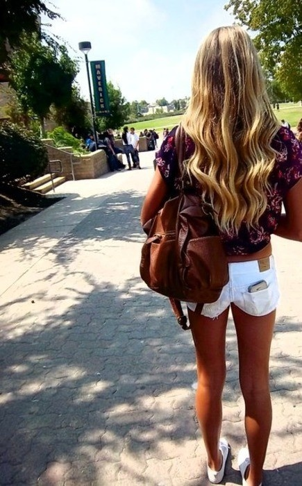 Bag color w white shortsFashion, White Shorts, Summer Outfit, Style, Clothing, Wavy Hair, Long Hair, Beautiful, The Waves