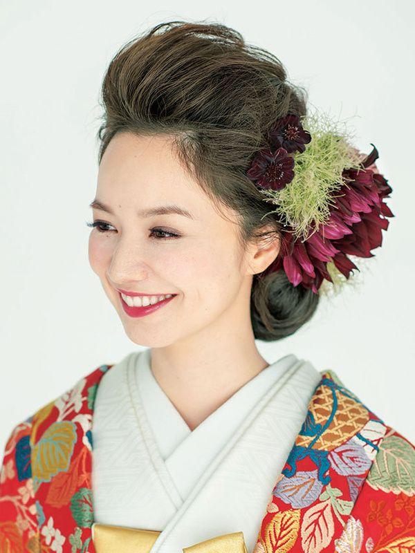 華やかな色や柄ゆきが特徴の花嫁のきものには、ドレスとは違う和装ならではのヘアとバランス感があります。どんなきもの姿も引き立てるための生花やかんざしを使ったおしゃれな和装ヘアスタイルを提案します。