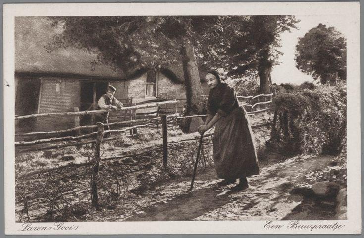 Man en vrouw in streekdracht uit Laren, in het Gooi. Op de achtergrond een boerderij. 1920-1930 #Laren #Gooi #NoordHolland