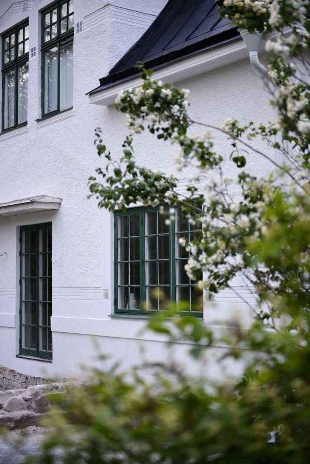 Vitt hus, gröna fönster