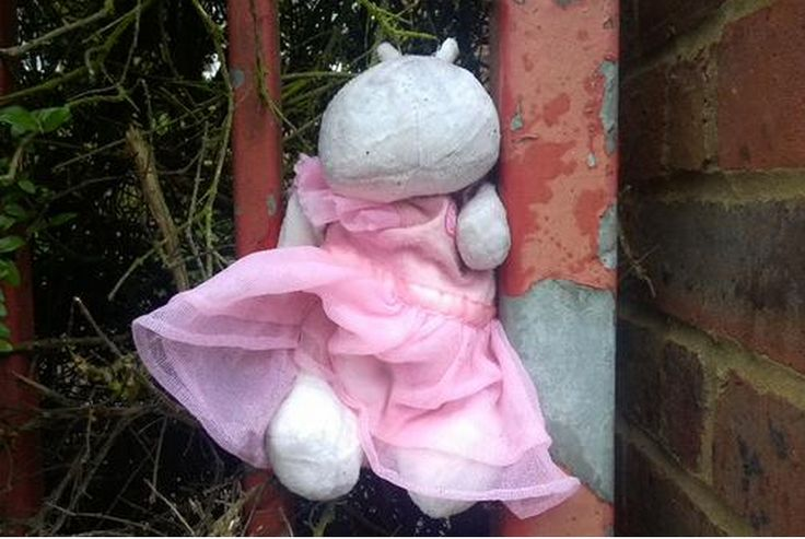 hippp? teddy in a pink dress was spotted in front of #Southfields post office. by https://twitter.com/EnjoyTheViewEU on 24 Sept 2015