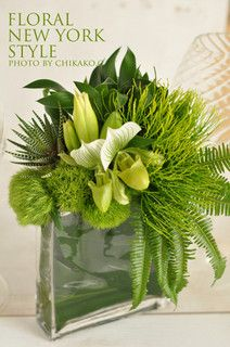 elegante arreglo floral con follajes