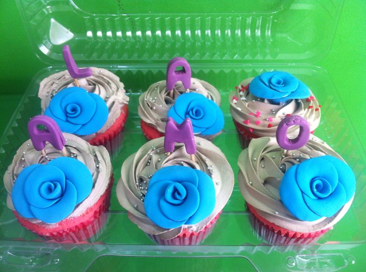 Cupcake con masa rosada de vainilla con crema sabor avellana y decoración en fondant
