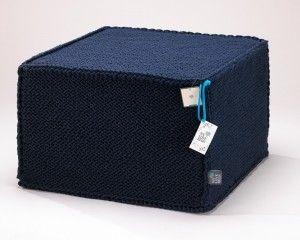 Granatowy szydełkowy puf Comfortable Flat  - We Love Beds