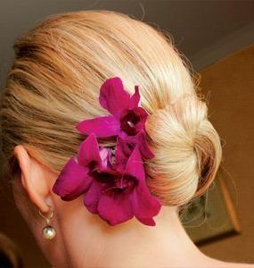 Peinados Creativos: ¡Hazte un peinado para fiesta con flores naturales! Recoge tu pelo en un moño y luego aplica las flores sobre el borde de la coleta, fíjalas con varios broches o pinchos, con mucho cuidado para que no se desarmen. También puedes elegir usar flores artificiales, parecidas a las naturales y asi evitas que se desarmen.