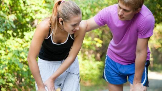 Gliederschmerzen (Extremitätenschmerzen), also Schmerzen in den Beinen oder Armen, beklagen viele Betroffene aller Altersklassen in der hausärztlichen Praxis. Die Ursachen dieser äußerst unangenehmen Schmerzen sind zahlreich und reichen von einer harmlosen Erkältung oder Grippe, Muskelkater und Verspannungen über Rheuma, Osteoporose bis hin zu Tumorschmerzen.