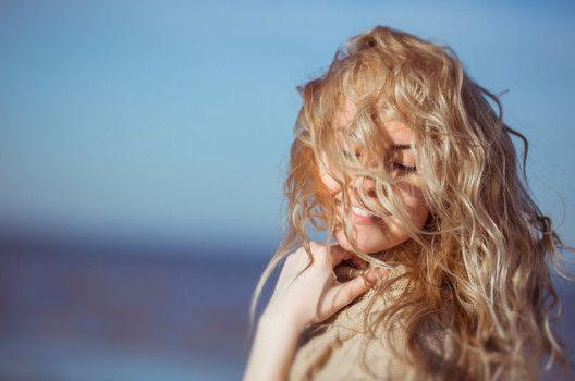 Meerwasser und Sonne fürs Haar – Beachwaves wie in den Strandferien › beautytipps.ch