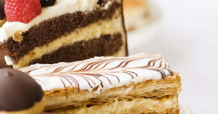 Quais são as causas de náusea após comer doces?. Dores de estômago após comer a sobremesa podem ser atribuídas ao fato de comer demais, afinal de contas, é difícil parar de comer uma trufa de chocolate ou um sorvete. Um leve desconforto não é incomum, mas uma náusea forte após o consumo de doces pode ter causas sérias.