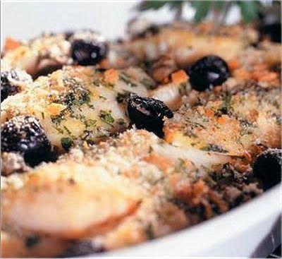 #Baccalà gratinato -  Ingredienti : 1 kg di baccalà già bagnato, 500 g di patate, farina, 400 g di olive nere di Gaeta, 20 g di capperi sotto sale, pecorino grattugiato, pangrattato, 1 cucchiaio di prezzemolo tritato, 1 spicchio di aglio, olio di oliva, olio per friggere, sale e pepe Fonte ricetta completa: cucinasapori.blogspot.it Il baccalà, le olive nere di gaeta e il pecorino li trovi su www.gola.it