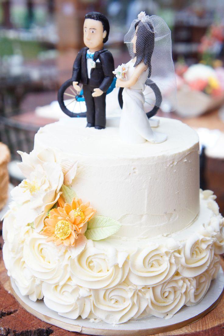 Torta de matrimonio en Buttercream, flores de pastillaje y crema, ¿Una bicicleta como topper? Porqué no! - Buttercream wedding cake, a bicycle for topper? Why not!