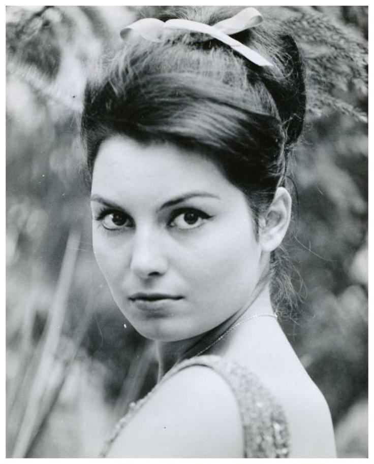 Rosanna SCHIAFFINO '60 (25 Novembre 1938 - 17 Octobre 2009)fue una actriz de cine italiana. Trabajó en producciones fílmicas de su país, alemanas, francesas, británicas y americanas. Inició su carrera desde muy joven y su madre fue un constante estímulo para que se convirtiera en una mujer famosa y fundamentalmente en actriz cinematográfica, para lo cual fue anotada en un estudio privado para estudiantes de arte dramático. Rosanna Schiaffino falleció de cancer, luego de un largo…