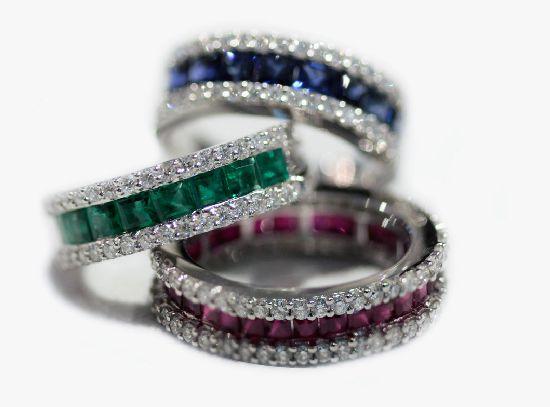 Anelli mezzo giro e tutto giro in diamanti e zaffiri blu,smeraldi,rubini. Oro bianco 18Kt.
