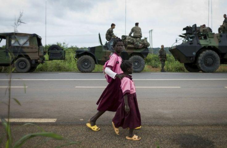 5 décembre. Des enfants marchent près d'un convoi militaire français en Centrafrique.