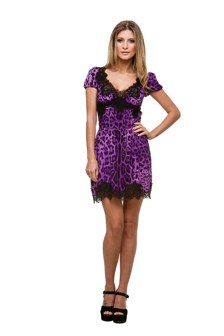 Vestido D&G Purple. Vestido curto de seda estampado com aplicação de renda. #samenomore #vestidocasamento #casamento #madrinha #convidada #formatura #festa #vestidofesta #vestidocurto #bordado #tule #transparencia #renda #alugueldevestidos #dia #noite #dolce&gabbana #D&G #dolceegabbana #euamosnm