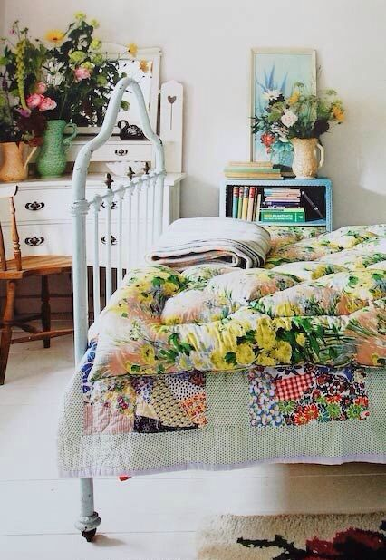 This room is just so appealing to me...unpretentious, yet so inviting... imple, yet so pretty...gloriously mismatched, but such a cohesive garden look. It brightens my mood just looking at it! Love.