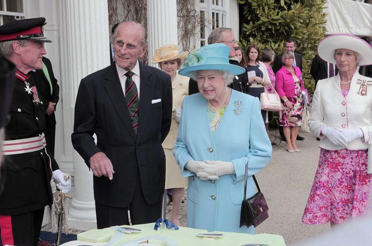 Queen Elizabeth II Photos Photos - Queen Elizabeth II Visits Henley On Thames - Zimbio