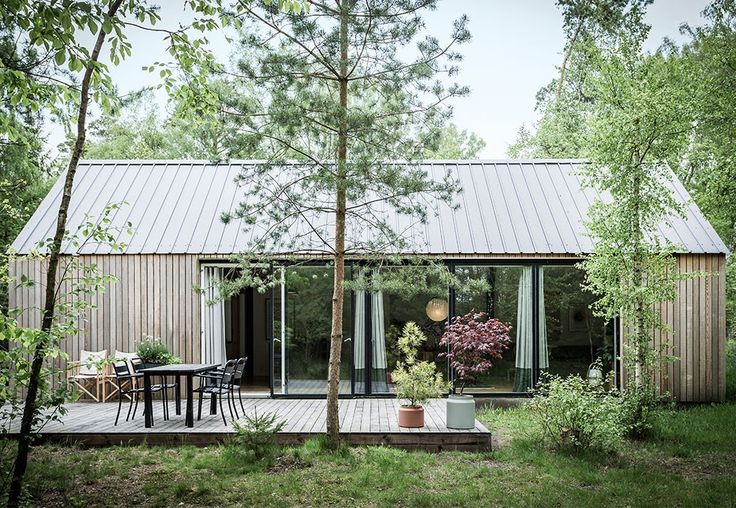 Helt fra bunnen og helt alene! Resultatet er en moderne låve med skarpe kanter, vakkert treverk og store vinduer.