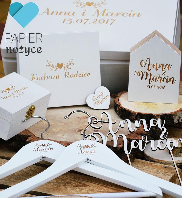 Kompletny personalizowany zestaw ślubny. W zestawie jest kuferek na koperty, pudełko na obrączki, zaproszenie dla rodziców, domek, topper na tort, wieszaki oraz magnes serduszko :)