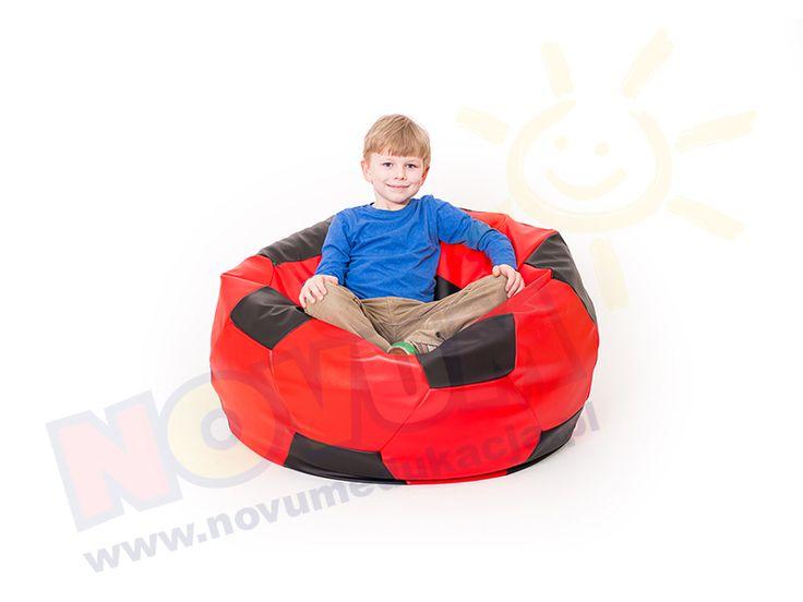 NOVUM - Piłka nożna duża czerwono-czarna 4640355  Fotel piłka nożna jest niezwykle efektownym i bardzo wygodnym siedziskiem, gdzie maluchy oraz starsze dzieci mogą sobie wygodnie usiąść. Rozluźnią napięte podczas intensywnych zabaw mięśnie, zaznają relaksu i ukojenia. Poducha wykonana jest w taki sposób, iż z powodzeniem można na niej przyjąć dowolną pozycję.