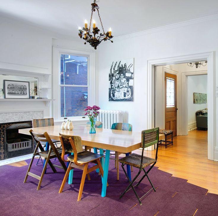 Cadeiras com diferentes materiais se designs tornam o ambiente ainda mais estiloso e cheio de personalidade! 😉