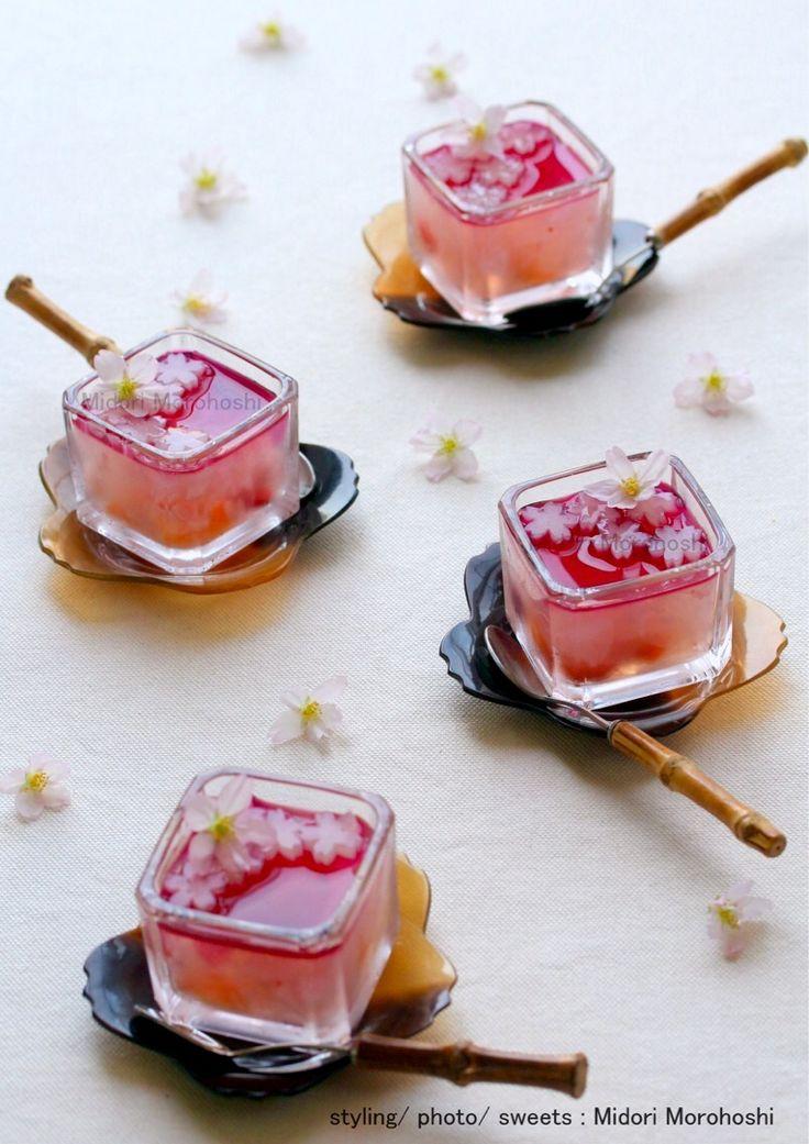 和菓子【さくら吹雪(さくら寒天)~寒天Kanten】 The season of cherry blossoms begins soon. So I cooked the sweet which expressed the scenery that cherry blossoms danced in wind.The gorgeous flavor of cherry bloosoms fit various tea and liquor well. ✳︎Midori Morohoshi http://instagram.com/MidoriMorohoshi/