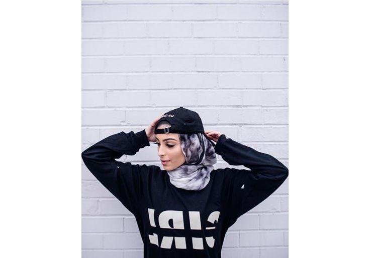 Muçulmana de 22 anos lança coleção de roupas em prol do combate ao tráfico humano