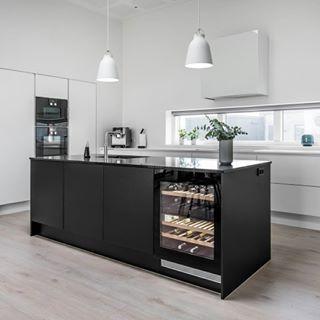 Skønne kontraster i et knivskarpt design. I vores nye LOOKBOOK kan du bl.a. læse om dette WBL køkken. Køkkenet har hjemme i en funkisvilla i Østjylland. Hent et gratis eksemplar af LOOKBOOK'en i din nærmeste Svane butik. #SvaneWBL #funkis #lookbook #kjøkken #bolig #boligindretning #boliginspiration #boliginspo #danishdesign #danskdesign #indretning #interior #kitchen #kitcheninspo #kitchenlife #køkken #nytkøkken #svanekøkken #svanekøkkenet