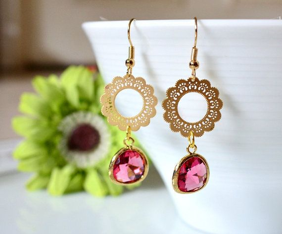 Runde Lace filigran mit Fuchsia Drop Ohrringe. Art-Deco filigrane Chandlier Ohrringe. Gold Pink Drop Ohrringe. Brautjungfer Ohrringe.