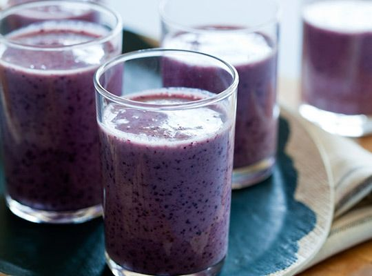 simple and easy smoothie recipe that blends blueberries, bananas and buttermilk