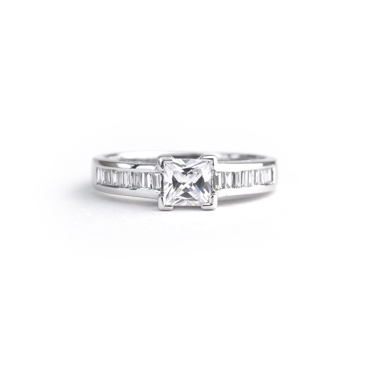18ct white gold ring  0.70ct