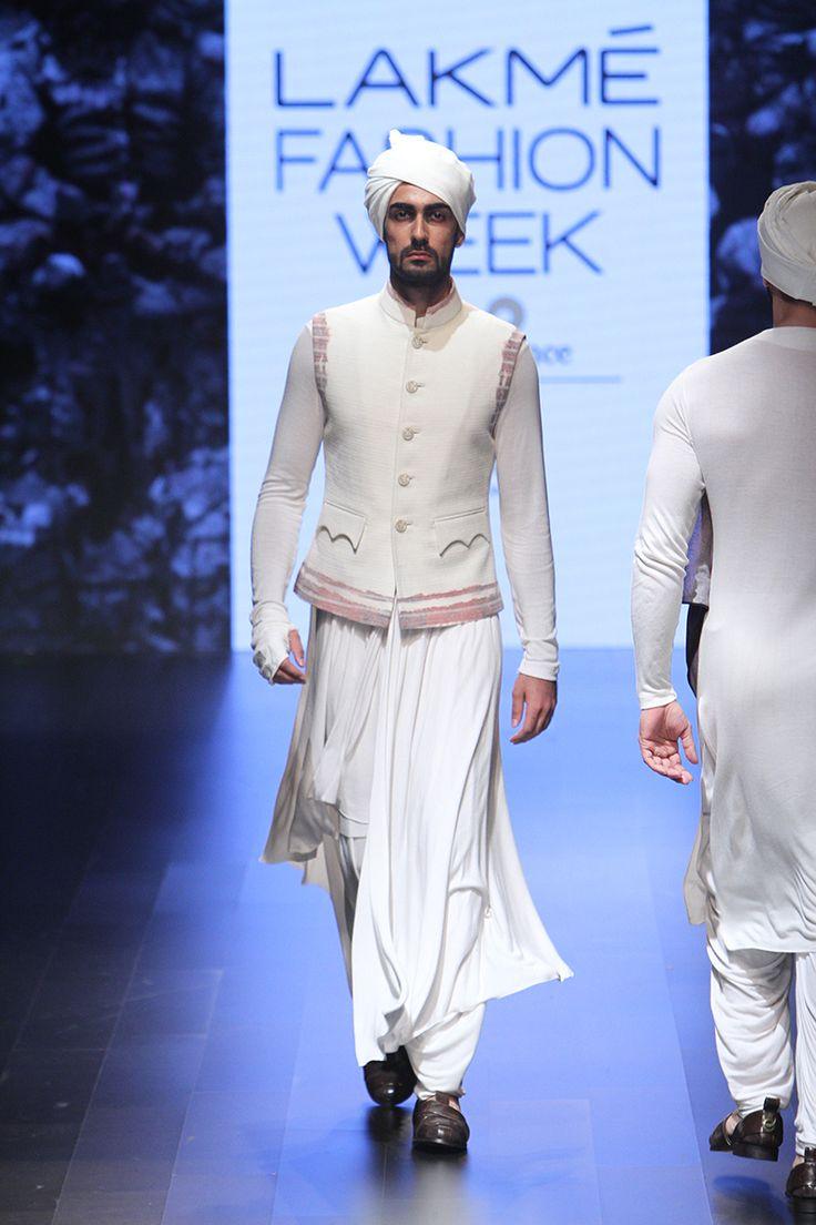 ShantanuAndNikhil_lakme-fashion-week_indian-fashion-online_scarlet-bindi_neha-oberoi19.jpg (800×1200)