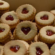 Kauniit sydänystävän pikkuleivät sopivat ystävänpäivän kahvipöytään! Käyttäjältä Pahin.