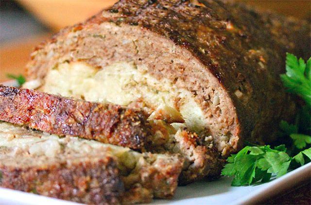 Acho bolo de carne ou rocambole de carne um prato muito prático. Adoro servir com purê de batatas ou legumes na manteiga. As vezes faço um molho de tomate rústico e coloco por cima também, ou bacon…