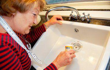 Du kan gøre køkkenvasken ren med bagepulver. Foto: Jesper Elgaard