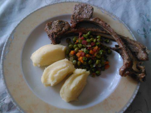 Costeletas de borrego grelhadas com puré de batatas e ervilhas salteadas com cenouras e bacon. Grilled Lamb chops with mashed potato and sautéed pees, carrots and bacon.