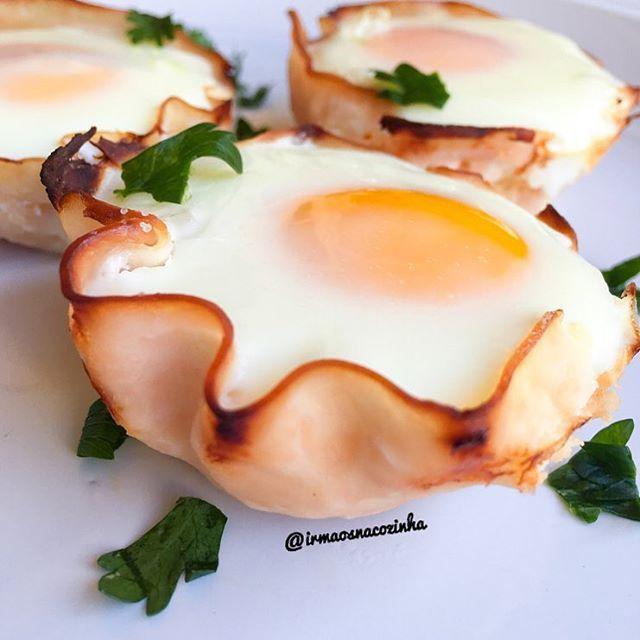"""""""Bom dia!! Cestinhas de peito de peru com ovo ao forno for breakfast  Fica top!! Basta colocar o peito de peru em uma forma de Cupcake, rechear com um…"""""""