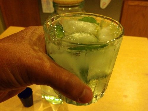 BEST MOJITO EVER! Great tutorial too! #mojito #drinks