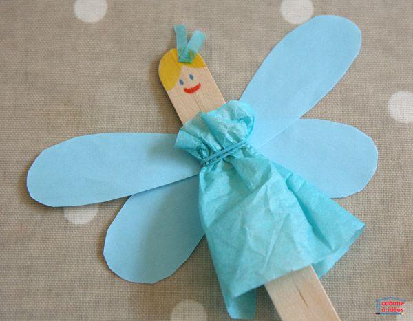 J'avais acheté ces bâtonnets de bois (qui sont utilisés pour marquer le nom des plantes dans les jardins ou comme abaisse langues) pour fabriquer des catapultes avec mon fils et maintenant, ils servent à plein de trucs : fabriquer des marque-pages, ou bien des poupées comme ces petites fées adorables. On peut coller n'importe quel type de papier ou même du tissu pour donner vie à ces bâtonnets tout simple. Ici, nous avons pris du papier de soie et des feutres. Matériel nécessaire pour…