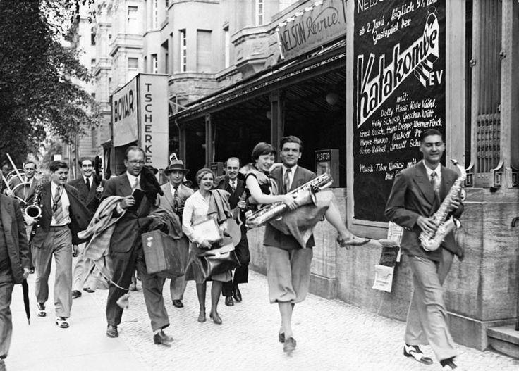 """In der Bellevuestraße 3. Das politisch- literarische Kabarett in dem u.a. Erich Kästner auftat. Die """"Katakombe"""", geschlossen 1935. Berlin, um 1930. o.p."""