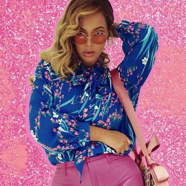 Beyoncé postou seu look e jóias que resolveria a crise do Brasil, mas só penso que ela já tá ali no computador criando algum bapho pra nos surpreender. E a Blue assistindo tudo de salto alto, rs... só vem! (A música é Love Galore da @sza )