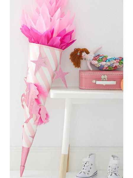 Ein Mädchentraum in Rosa. Diese Schultüte mit glitzernden Pinken Sternen und Einhorn ist der Hingucker auf jeder Einschulung und strahlt garantiert mit der kleinen Schülerin um die Wette.