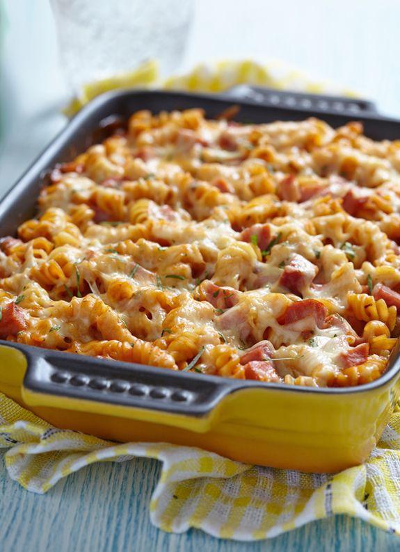 Τα ζυμαρικά φούρνου είναι από τα πιο αγαπημένα πιάτα μικρών και μεγάλων. Τα φτιάχνουμε λοιπόν με σάλτσα ντομάτας, ζαμπόν και φυσικά μπόλικο τυρί!